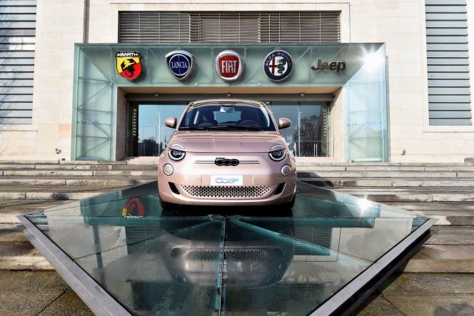 La Fiat 500e, version électrique de la Cinquecento, devantl'usine FCA, à Turin (Italie), le 18 janvier 2021.