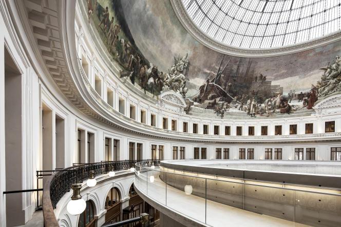 La fresque murale de la Bourse de commerce s'étend sur 140 m de long.