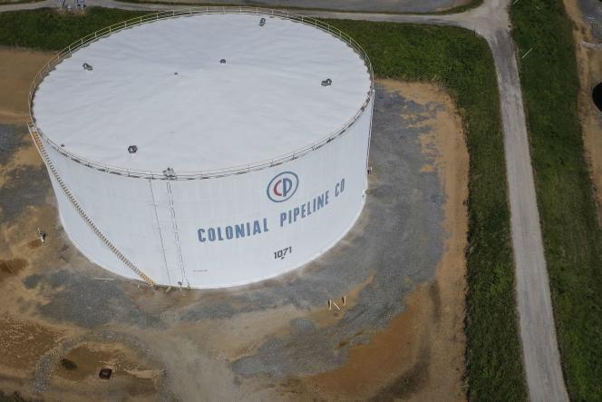 Colonial Pipeline Corporation opera el sistema de tuberías de productos refinados más grande de los Estados Unidos.  Toda la costa este es servida por las refinerías del Golfo de México.