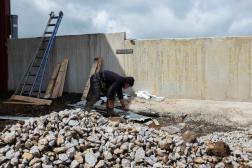 Un ouvrier range le matériel sur l'un des chantiers de Géraud Maze, à Merlhac (Cantal), le 7mai 2021.
