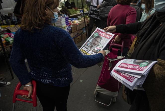یک فعال در 8 مه 2021 در بازار سانتیاگو جزوه هایی را با نامزدهای مجلس مentسسان توزیع کرد.
