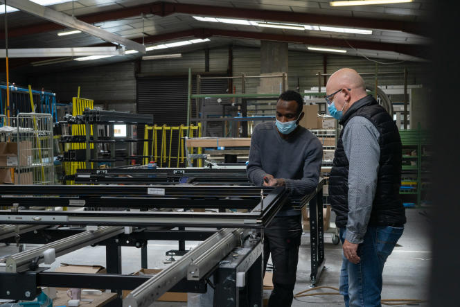 Michel Gennai avec l'un de ses apprentis, dans les ateliers de son entreprise de menuiserie métallique, à Aurillac (Cantal), le 7mai 2021.
