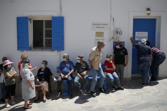 Warga menunggu suntikan kedua vaksin Pfizer-BioNTech di luar pusat vaksinasi di pulau kecil Heraklia Aegean, Yunani, pada 13 Mei 2021.