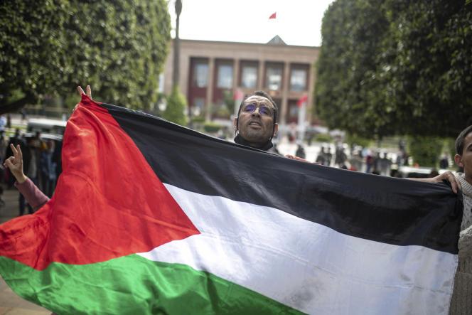 Un protestataire tient un drapeau palestinien lors d'une manifestation de soutien aux Palestiniens de Jérusalem à Rabat, au Maroc, le 10 mai 2021.