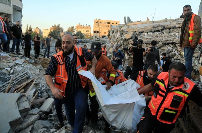 Des ambulanciers dans les décombres d'une maison détruite à la suite d'une frappe aérienne israélienne à Beit Lahia, dans le nord de la bande de Gaza, le 13mai2021.