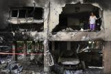 Dans un immeuble détruit par une roquette lancée depuis Gaza, à Petah Tikva, en Israël.