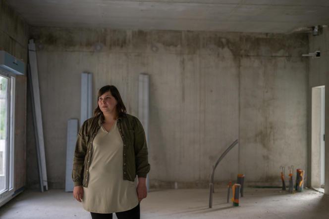 Emilie Roques, sur l'un de ses chantiers, à Aurillac, le 7 mai 2021.