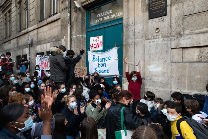 Des élèves du collège Dorgelès, à Paris, se sont rassemblés devant l'établissement, le 12 mai.