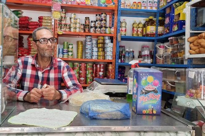 Moncef Zmerli dans sa petite épicerie, dans la banlieue de l'Ariana, au nord de Tunis, en mai 2021.