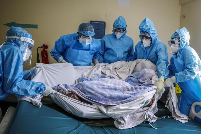 Transfert d'une patiente atteinte du Covid-19 à l'hôpital national Kenyatta à Nairobi au Kenya, le 14 avril 2021.