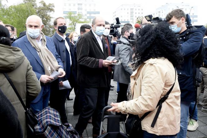 Eric Dupond-Moretti, candidat dans les Hauts-de-France pour les élections régionales, en campagne à Lens (Pas-de-Calais), le 8 mai 2021.