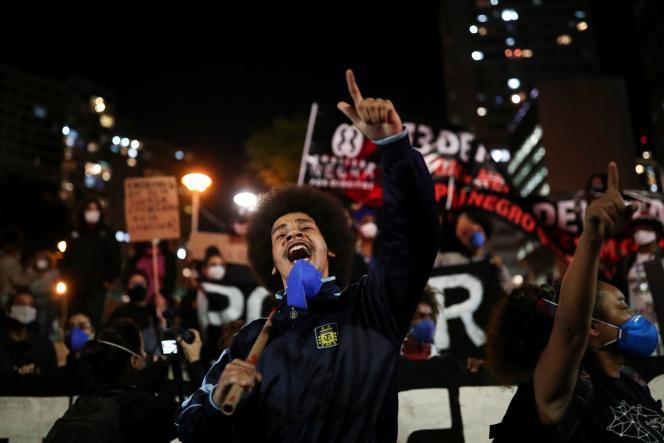 A Sao Paulo (Brésil), le 13 mai 2021, des militants protestent contre une opération de police qui a eu lieu dans le bidonville de Jacarezinho à Rio de Janeiro.