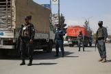 Des policiers montent la garde au niveau d'un poste de contrôle à Kaboul, le 14 avril 2021.