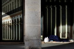 Un sans-abri dort dans la rue de Rivoli, dans le centre de Paris, le 21 avril 2020.