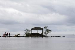 Le peuple autochtone Guna se tient sur l'île de Tumatar, devant l'île de Carti Sugdub, dans la Comarca de Kuna Yala, le 4 septembre 2012.