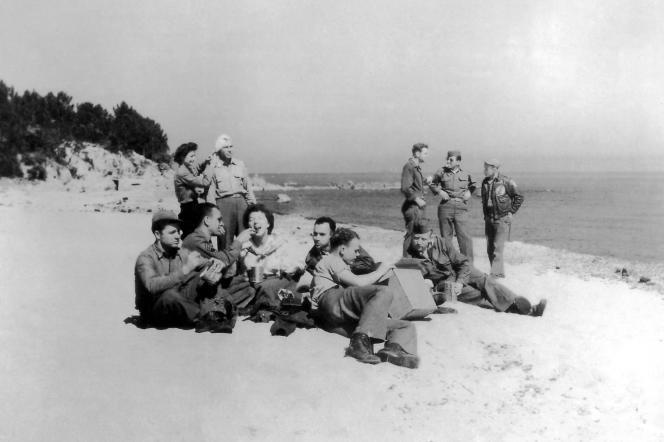 Des soldats américains et des pilotes de bombardiers B-25 Mitchell de l'US Air Force profitant d'une journée de permission sur la plage de Solenzara en Corse du Sud, en 1943.