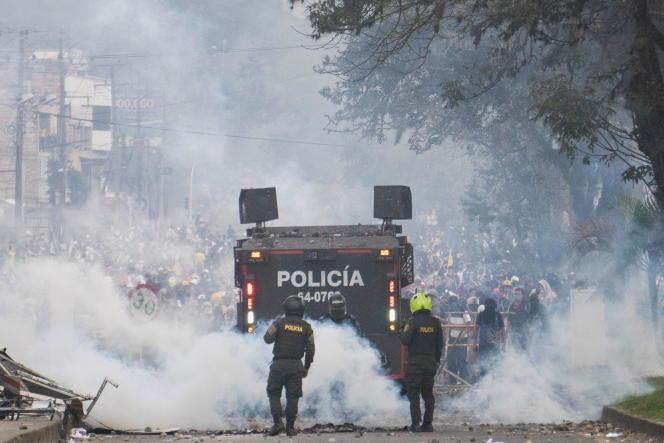 Manifestants et policiers s'affontent à Popayán en Colombie le 14 mai.