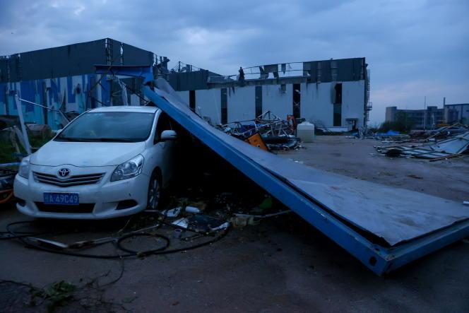 Selain kendaraan rusak akibat benda jatuh, pohon tumbang, kandang pertanian rusak sebagian, dan tiang listrik putus.  Di sini, di Wuhan, 15 Mei 2021.