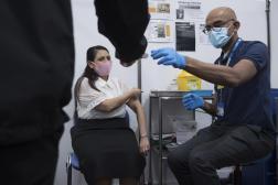 La secrétaire d'Etat à l'intérieur britannique, Priti Patel, reçoit sa première dose de vaccin, le 15 mai 2021 à Londres.