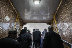 Kashgar, le 13 mai 2021 Des ouïgours se rendent à la mosquée Id Kah pour la prière de l'Aïd el Fitr. Gilles Sabrié pour Le Monde