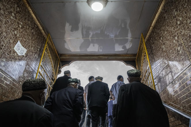 A Kachgar, le 13 mai 2021. Des ouïgours se rendent à la mosquée Id Kah pour la prière de l'Aïd el-Fitr.