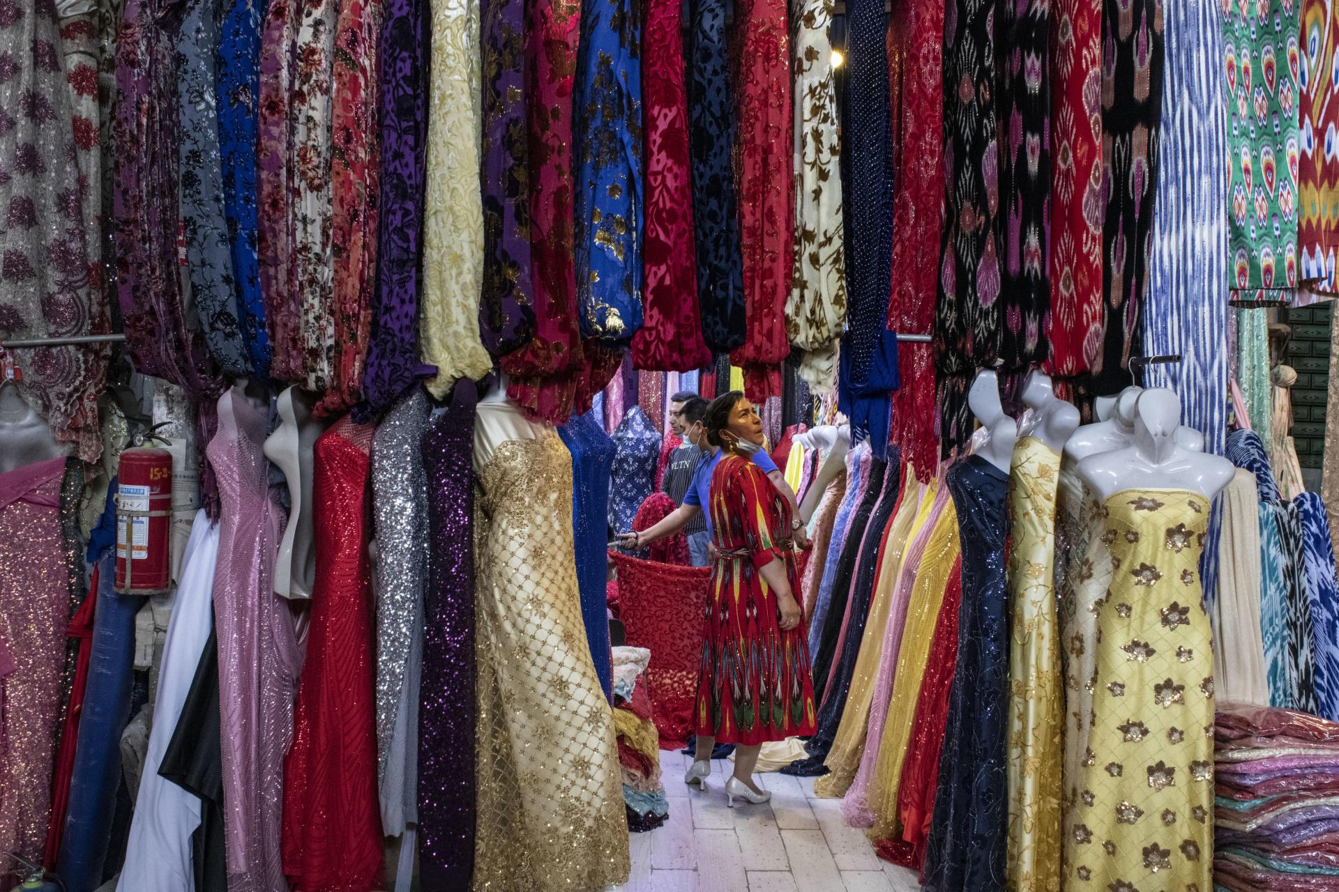 Au grand bazar, une Ouïgour dans un magasin de robes, à Kachgar, le 9 mai 2021. La période qui précède l'Aïd el-Fitr est traditionnellement une période d'achats de nouveaux vêtements.
