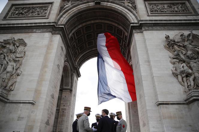 Emmanuel Macron s'entretient avec des hauts gradés de l'arméelors d'une cérémonie àl'Arc de Triomphe, à Paris, le 8 mai 2021.