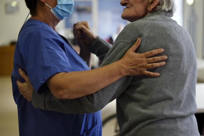 Un résident et un soignant de l'Ehpad Jacques-Bonvoisin, à Dieppe (Seine-Maritime), dansent ensemble, le 10 mai 2021.