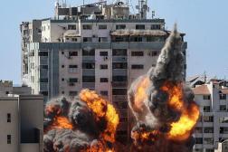 La tour Jala qui abrite les locaux de Al-Jazira, Associated Press a été la cible d'une frappe israélienne, à Gaza City, le 15 mai 2021.