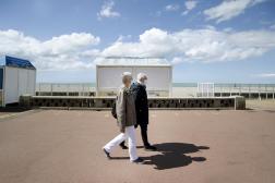 Jacqueline Landrin et son mari Dominique, résident de l'Ehpad Jacques-Bonvoisin, se baladent sur la plage de Dieppe (Seine-Maritime), le 10 mai.