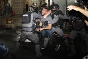 La police israélienne cherche à contenir des manifestants palestiniens, près de la Porte de Damas, à Jérusalem, le 9 mai.
