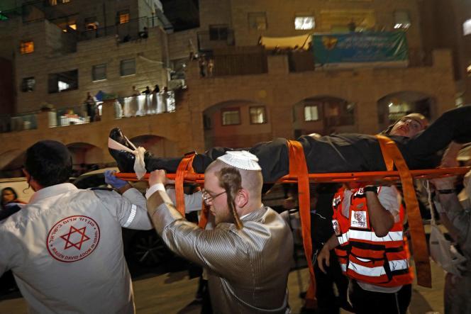 Des secouristes sur place après l'effondrement des gradins de la synagogue.