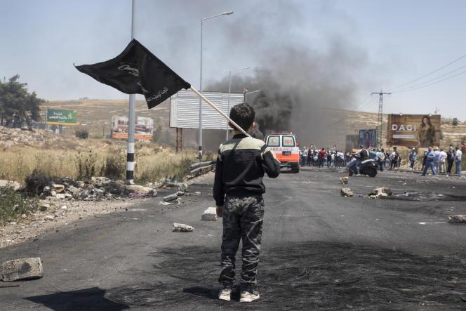 Le mouvement protestataire palestinien face aux forces armées israéliennes à l'entrée de Ramallah, le 15 mai 2021.