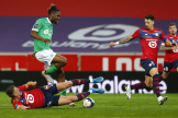 Le joueur de Saint-Etienne, Charles Abi, saute au-dessus de Sven Botman, joueur du LOSC, qui tente de le tacler, le 16 mai à Lille.