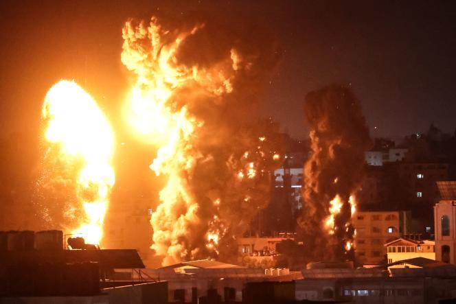 Des fortes explosions retentissent à Gaza alors que l'armée israélienne mène de nouveaux raids aériens, le lundi 17 mai 2021.