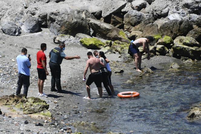 Mujer llega a la piscina en el enclave español de Ceuta, lunes 17 de mayo de 2021.
