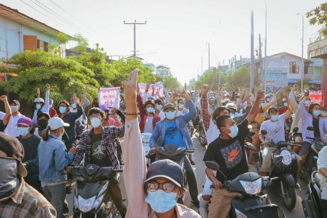 En Birmanie, les foules qui se mobilisent contre la junte continuent de descendre quotidiennement dans la rue lors de manifestations éclair.