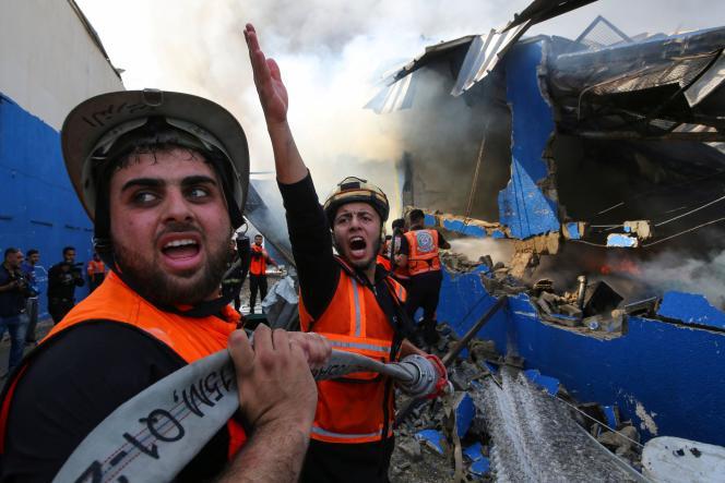 Des pompiers palestiniens, dans le nord de la bande de Gaza, le 17 mai.