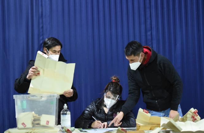 Hitung surat suara di akhir daerah pemilihan di Santiago, ibu kota Chili, pada 16 Mei 2021.