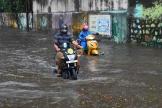 Avant même le passage du cyclone, les fortes pluies ont inondé les rues de Bombay, lundi17mai.
