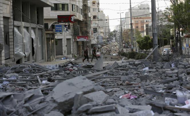 Près d'un bâtiment détruit et d'un dispensaire de soins de santé à Gaza à la suite d'une frappe aérienne israélienne sur les étages supérieurs d'un immeuble commercial près du ministère de la santé, le lundi 17mai 2021.