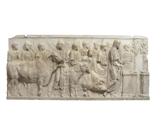Fragment de relief architectural,montrant Tibère, successeur d'Auguste, en ordonnateur d'une scène où un taureau, un bélier et un porc vont être sacrifiés à Mars.