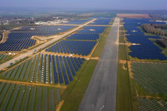 La centrale solaire installée sur l'ancienne base aérienne de Marville (Meuse), en service depuis le 1er mai 2021.