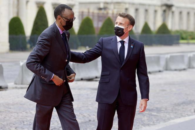 Emmanuel Macron accueillant le président rwandais, Paul Kagamé, à Paris, le 17 mai 2021.