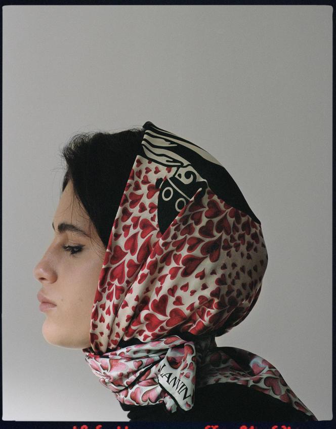Carré en soie imprimé Mère et Enfant, Lanvin, 350€.
