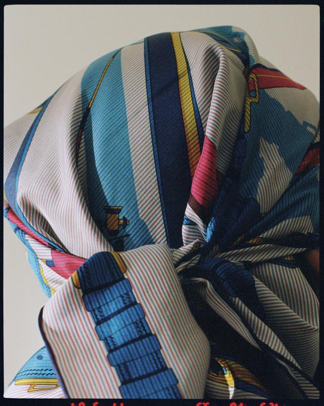 Carré 90cm chemise en twill de soie En roue libre, Hermès, 425€.