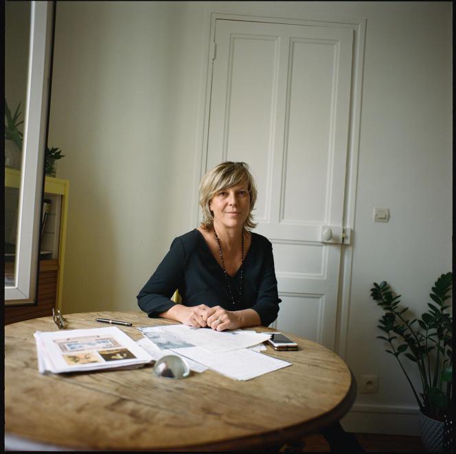 Isabelle Desforges, membre de la famille Friou, chez elle, à Fontenay-sous-Bois. Sur la table, des archives sur Casimir Fidèle, l'ancêtre esclave.