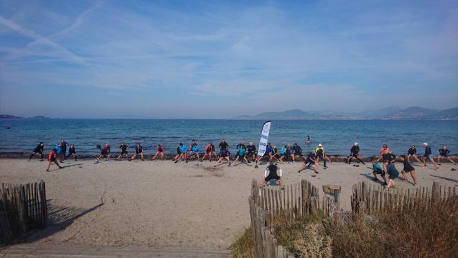 Préparation physique sur la plage de l'Almanarre à Hyères, la Mecque du longe-côte.