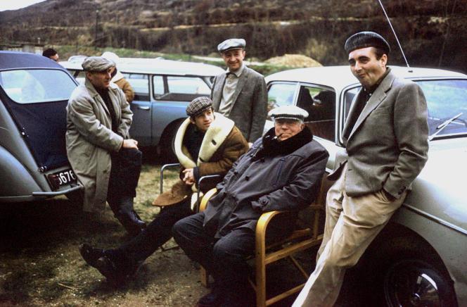 Jean Paul Belmondo, entouré de Jean Gabin et Michel Audiard sur le plateau du film « Un singe en hiver», de Henri Verneuil, en 1962.