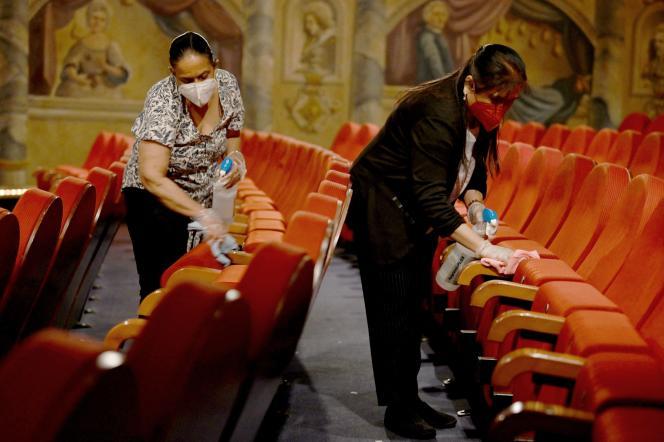 El personal limpia el Gran Salón del Cine Mozart en Salzburgo, Austria, el 18 de mayo de 2021, un día antes de la reapertura de los espacios culturales.